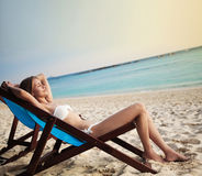 Mulher bonita na sala de estar na praia. Tailândia Fotos de Stock Royalty Free