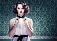 A mulher bonita na sala do vintage tonificou a imagem Fotografia de Stock