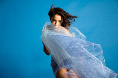 Mulher bonita na seda Fotografia de Stock Royalty Free