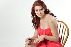 Mulher bonita na toalha de banho que põe sobre o verniz para as unhas Fotos de Stock