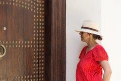 Mulher bonita nas ruas Tânger Marrocos Foto de Stock Royalty Free