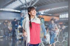Mulher bonita no aeroporto fotos de stock