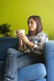Mulher bonita no apartamento dos hes Imagem de Stock