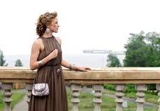 Mulher bonita no balcão Foto de Stock Royalty Free