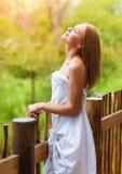 Mulher bonita no balcão fotografia de stock royalty free