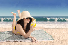 Mulher bonita no biquini que encontra-se em uma praia Fotografia de Stock
