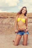 Mulher bonita no biquini que levanta próximo na praia Foto de Stock
