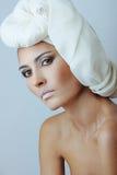 Mulher bonita no branco com pele da saúde da face fotografia de stock