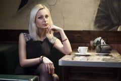 Mulher bonita no café imagem de stock