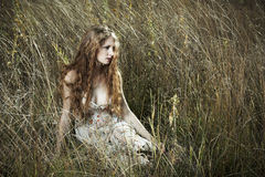 Mulher bonita no campo Imagens de Stock