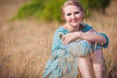 Mulher bonita no campo Fotografia de Stock