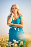 Mulher bonita no campo de flor Fotos de Stock Royalty Free