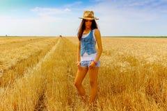 Mulher bonita no campo do centeio no céu azul Imagens de Stock
