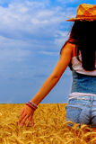 Mulher bonita no campo do centeio no céu azul Imagem de Stock