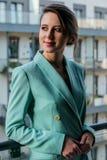 Mulher bonita no casaco azul no balcão imagem de stock