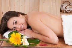 A mulher bonita no centro dos termas que tem relaxa Imagens de Stock
