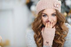 Mulher bonita no chapéu cor-de-rosa perto da árvore de Natal Imagens de Stock Royalty Free