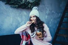 Mulher bonita no chapéu do inverno fotos de stock royalty free