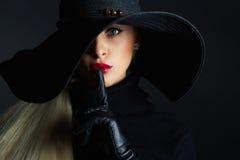 Mulher bonita no chapéu e nas luvas de couro Menina retro do modelo de forma Bruxa de Halloween fotos de stock royalty free
