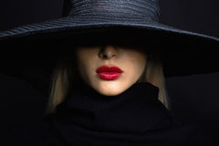 Mulher bonita no chapéu Forma retro chapéu do verão com grande borda Imagem de Stock