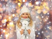Mulher bonita no chapéu, no lenço e nos mitenes do inverno Imagens de Stock