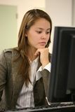 Mulher bonita no computador Foto de Stock