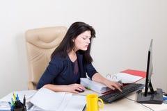 Mulher bonita no escritório que trabalha no computador Imagens de Stock Royalty Free