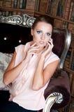 Mulher bonita no estúdio, estilo luxuoso Blusa bege fotografia de stock