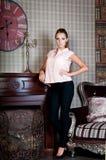 Mulher bonita no estúdio, estilo luxuoso Blusa bege imagem de stock royalty free