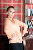 Mulher bonita no estúdio, estilo luxuoso Blusa bege imagem de stock