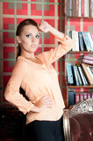 Mulher bonita no estúdio, estilo luxuoso Blusa bege foto de stock