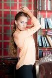 Mulher bonita no estúdio, estilo luxuoso Blusa bege imagens de stock royalty free