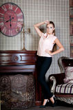 Mulher bonita no estúdio, estilo luxuoso Blusa bege estada imagem de stock royalty free