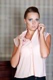 Mulher bonita no estúdio, estilo luxuoso Blusa branca imagem de stock