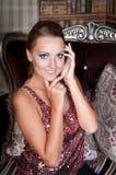 Mulher bonita no estúdio, estilo luxuoso Escadas próximas fotografia de stock royalty free