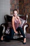 Mulher bonita no estúdio, estilo luxuoso No shair forte imagem de stock