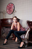 Mulher bonita no estúdio, estilo luxuoso No shair forte imagens de stock