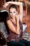 Mulher bonita no estúdio, estilo luxuoso Parte superior brilhante vermelha imagem de stock royalty free