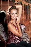 Mulher bonita no estúdio, estilo luxuoso Parte superior brilhante vermelha fotos de stock royalty free