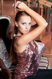 Mulher bonita no estúdio, estilo luxuoso Parte superior brilhante vermelha imagens de stock royalty free
