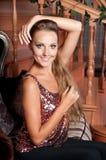 Mulher bonita no estúdio, estilo luxuoso Parte superior brilhante vermelha foto de stock