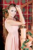 Mulher bonita no estúdio, estilo luxuoso Vestido bege fotografia de stock royalty free