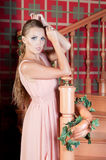 Mulher bonita no estúdio, estilo luxuoso Vestido bege imagem de stock royalty free