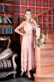 Mulher bonita no estúdio, estilo luxuoso Vestido bege longo imagem de stock