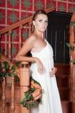 Mulher bonita no estúdio, estilo luxuoso Vestido branco foto de stock royalty free