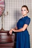 Mulher bonita no estúdio, estilo luxuoso Vestido curto azul foto de stock royalty free