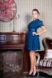 Mulher bonita no estúdio, estilo luxuoso Vestido curto azul imagens de stock