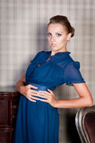 Mulher bonita no estúdio, estilo luxuoso Vestido curto azul fotografia de stock