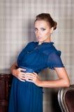 Mulher bonita no estúdio, estilo luxuoso Vestido curto azul imagem de stock royalty free