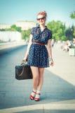 Mulher bonita no estilo dos anos 50 com sorriso das cintas Fotos de Stock